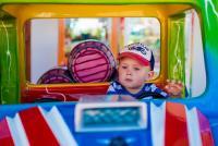 La voiture miniature électrique des enfants: simple jouet ou véhicule terrestre à moteur?